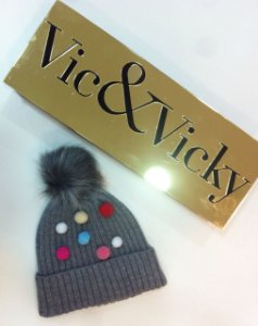 GORRO EM TRICOT POMPONS COLORIDOS VIC&VICKY