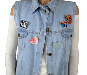 colete jeans com bottoms, pins, broches | alô alô marciano | monte seu colete | coleteria