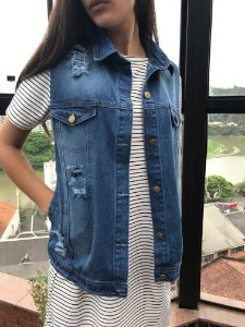 colete jeans destroyed com bolso azul escuro Coleteria