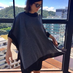 poncho de tricô cinza e preto Coleteria