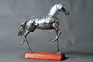 Escultura em solda elétrica e aço inox com base em madeira
