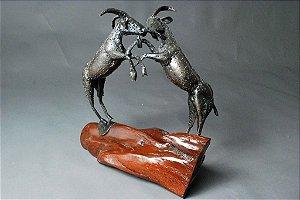 Escultura Briga de Bode em madeira e solda elétrica