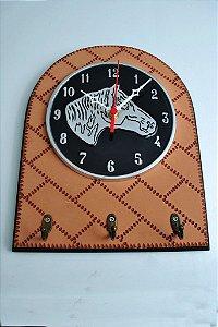 Relógio em alumínio fundido e madeira com EVA
