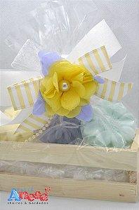 Kit 2 sabonetes formato de flor na caixinha de madeira