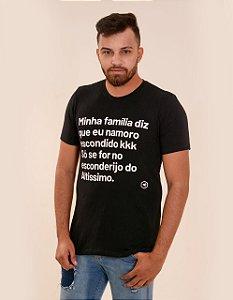 Camiseta - Minha família diz que eu namoro escondido kkk, só se for no esconderijo do altissimo.