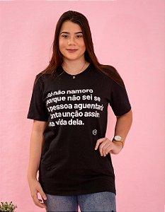 Camiseta só não namoro, porque não sei se a pessoa aguentaria tanta unção assim na vida dela.