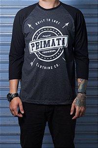 "Camiseta Raglan ""Built to Last"" Grafite com Preto"