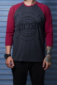 "Camiseta Raglan ""Built to Last"" Grafite com Bordo"