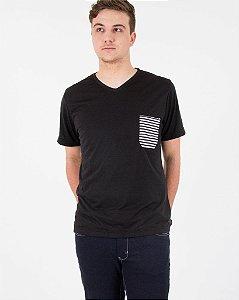 Camiseta Preta com Bolso Listrado