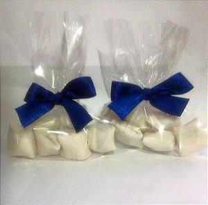 Saquinhos de bala de coco tradicionais com recheio de nutella brancas