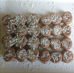 Tradicional de chocolate com recheio de docinho de coco prestígio gourmet