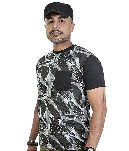 Camiseta Camuflada Com Bolso e Mangas em Preto