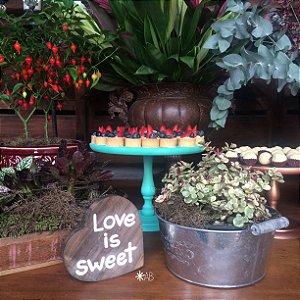 """Plaquinha de mesa em forma de coração """"Love is sweet"""""""