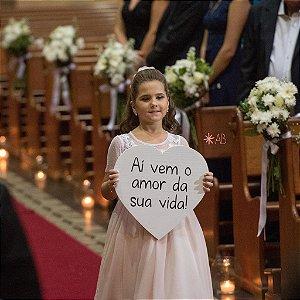 """Plaquinha de coração branco """"Aí vem o amor da sua vida!"""" para pajens e daminhas"""