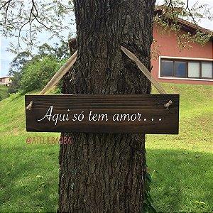 """Plaquinha hang """"Aqui só tem amor..."""""""