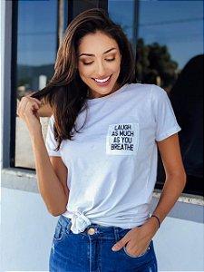 """T-shirt """"Ria tanto quanto você respira""""."""