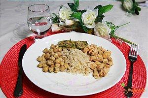 EQ20 - Iscas de frango acebolado, arroz integral, feijão e abobrinha grelhada