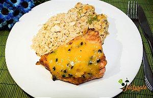 G01 - Salmão grelhado ao molho de maracujá, arroz integral com lascas de amêndoas e abobrinha com aveia