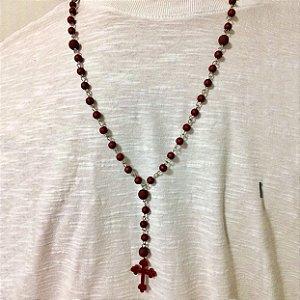 Colar masculino terço em pedra emborrachada vermelho marsala