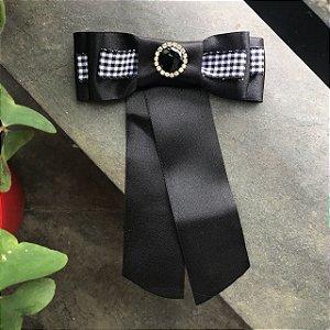 Broche Gravatinha com fita cetim preta
