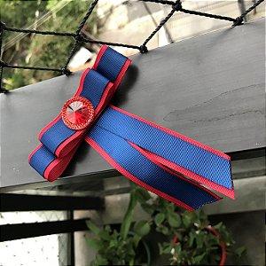 Broche Gravatinha com fita azul e vermelha