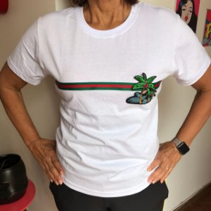 Camiseta branca baby look com listra horizontal e patch coqueiro bordado em paetê
