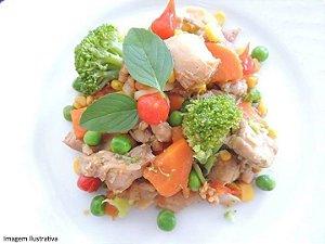 Frango primavera: com tomate, brócolis, cebola e ervas