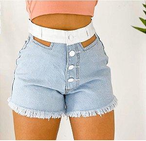 Short Jeans com botões, recortes e cintura em courino branco