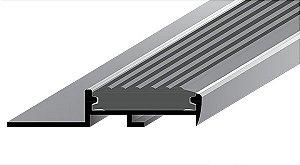 Perfil Standard em Alumínio de espessura de 9 mm com acabamento natural com insertos de borracha anti derrapante em PVC colorido.