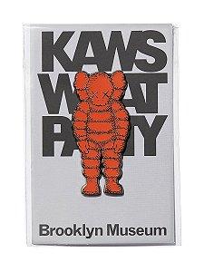 "!KAWS x Brooklyn Museum - Pin What Party ""Laranja"" -NOVO-"