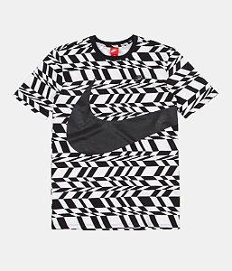 "ENCOMENDA - NIKE - Camiseta NSW Printed Swoosh ""Black/White"""