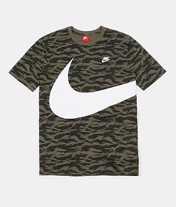 "ENCOMENDA - NIKE - Camiseta NSW Printed Swoosh ""Camo Green"""