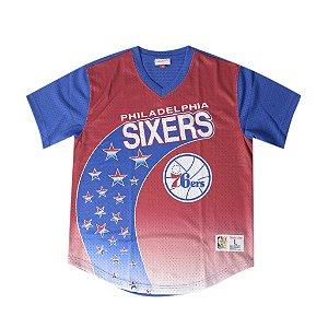 "MITCHELL & NESS - Camiseta Script Philadelphia Sixers Stars ""Vermelho/Azul"" -NOVO-"