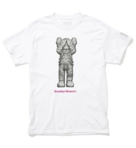 "KAWS x Brooklyn Museum - Camiseta SPACE ""Branco"" -NOVO-"