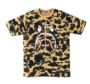 """BAPE - Camiseta 1st Camo PONR Shark """"Amarelo"""" -NOVO-"""