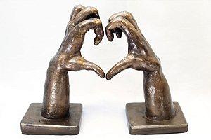 Escultura de terracota Coração com as Mãos - Silvana Tinelli