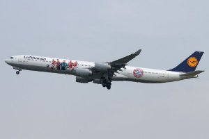 "Miniatura Avião Phoenix 1:400 Lufthansa Airbus A340-600 ""FC Bayern"""