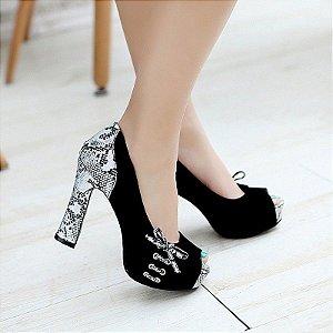 Sapato Salto Peep Toe Couro Nobuck com Detalhes em Apliques