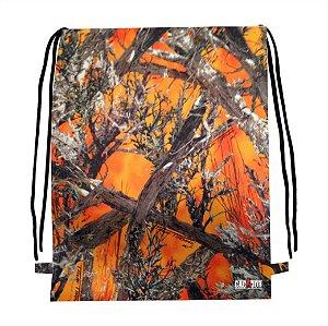 Mochila camuflada com laranja
