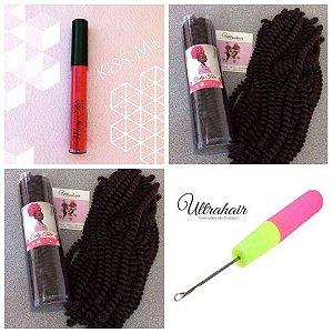 Combo de 02 Curly Tube cor Chocolate Escuro + 01 Batom Líquido Matte Kiss Me (Vermelho) + 01 Agulha para Crochet Braids