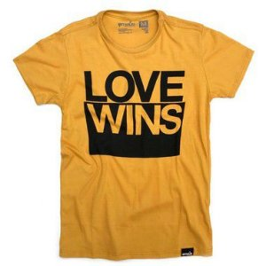 CAMISETA LOVE WINS MOSTARDA