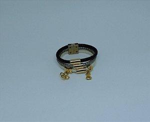 Pulseira de couro com fecho magnético e adereços dourados