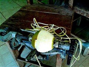 Máquina de descascar laranjas antiga - Descascador de frutas funcionando