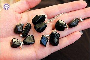 Pingente Pequeno Turmalina Negra Rolada (Pino Prateado) | Pedra de Proteção e Purificação