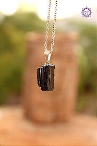 Pingente Pequeno de Turmalina Negra Bruta (Pino Prateado) | Pedra de Proteção e Purificação