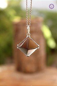 Pingente Pirâmide Quartzo Fumê (Prata 950) | Cristal para Proteção do Campo Energético