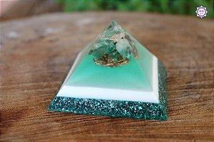 Orgonite Pirâmide de Quartzo Verde, Esmeralda e Quartzo Transparente para Saúde
