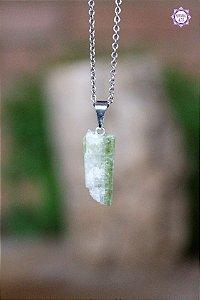 Pingente Turmalina Verde (Pino Prateado) | Pedra de Autocura e Ativação do Chakra do Coração