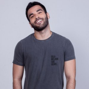 Camiseta Estonada Gela melhor que gente Chumbo