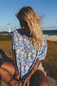 Camiseta floral fundo azul